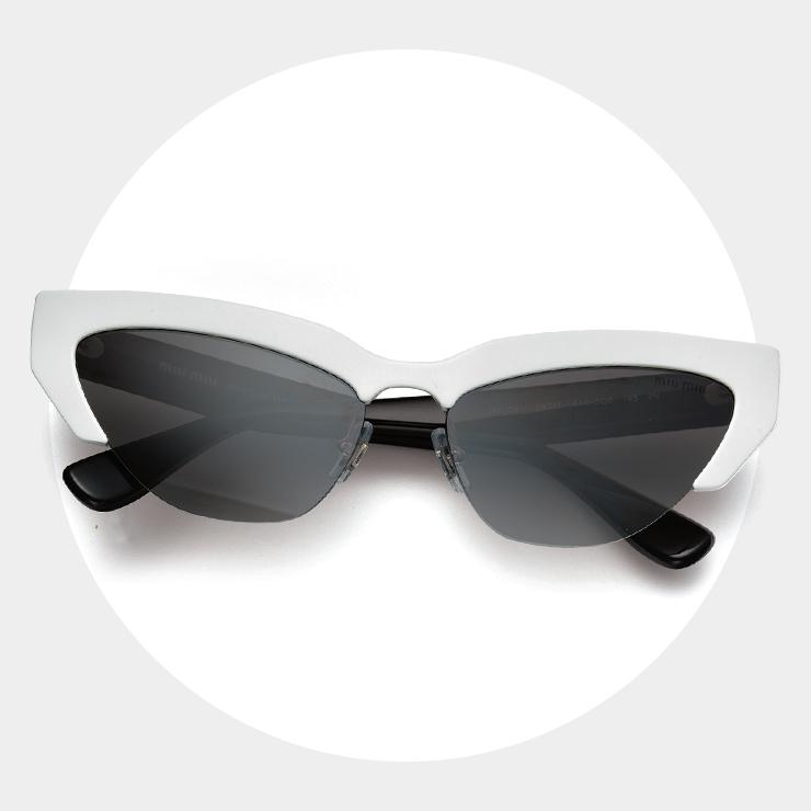 개성적인 캐츠 아이 디자인에 독특한 반무테 선글라스는 30만원대, Miu Miu by Luxottica.
