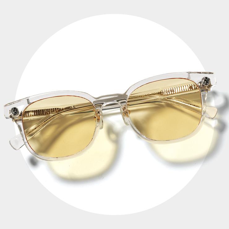 가벼운 아세테이트 소재 글라스 프레임에 스킨 컬러의 틴티드 렌즈가 특징인 선글라스는 18만원, Lapiz Sensible.