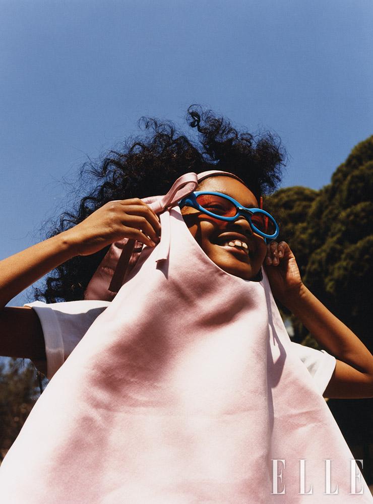 트라페즈 실루엣의 실크 톱은 가격 미정, Prada. 티셔츠는 1만5천원, COS. 키치한 디자인과 비비드 컬러가 어우러진 선글라스는 33만원, Gentle Monster.