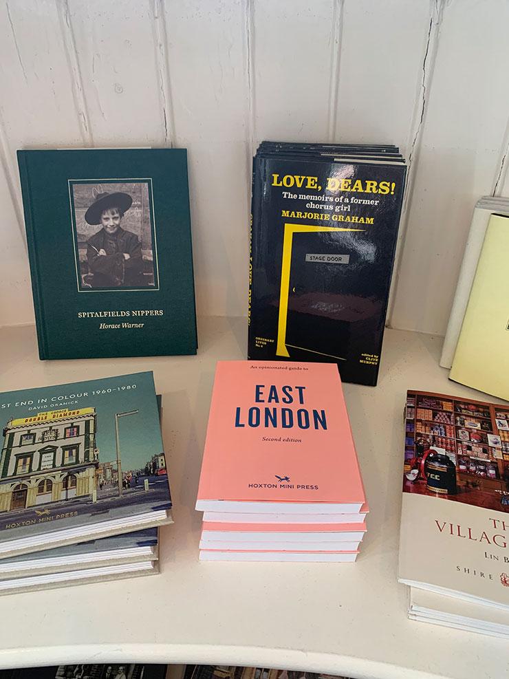 키친웨어 숍 라보 앤 웨이트(Labour and Wait)에서 판매하는 이스트 런던 여행객을 위한 서적.