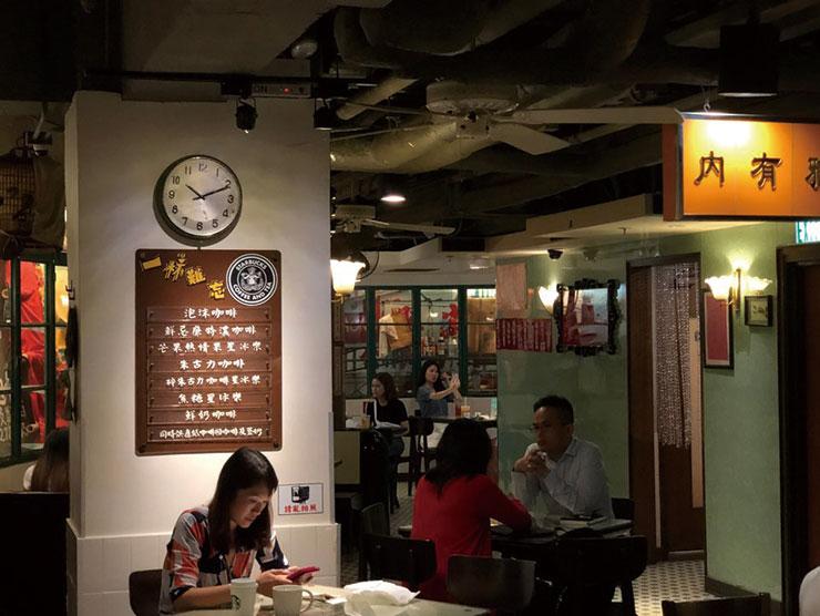센트럴에 있는 스타벅스 매장. 홍콩 특유의 분위기를 고스란히 반영한 인테리어를 구경하는 재미가 쏠쏠했다.