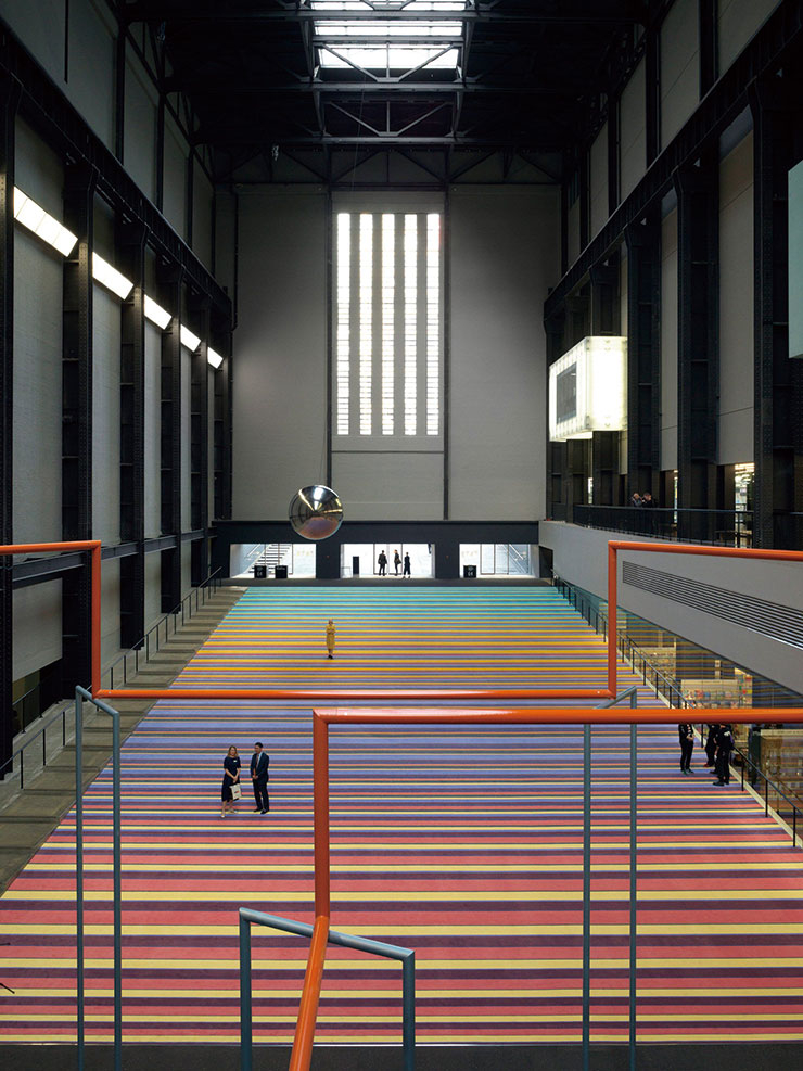 런던 여행자의 필수 코스, 테이트 모던. 미술 작품을 감상하다 지치면 계단에 앉아 여행자들을 둘러보는 재미가 솔솔하다.