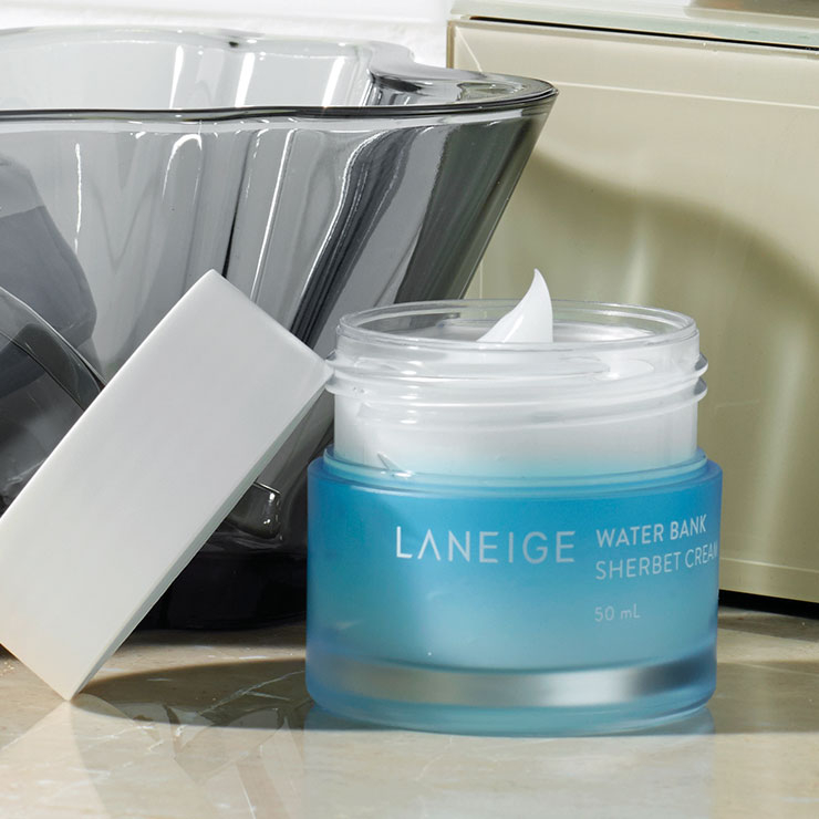 2 냉장고에 넣어 사용하면 부기를 제거하고 셔벗처럼 사르르 스며들어 피부의 수분 증발을 막는다. 워터뱅크 셔벗 크림, 3만7천원, Laneige.