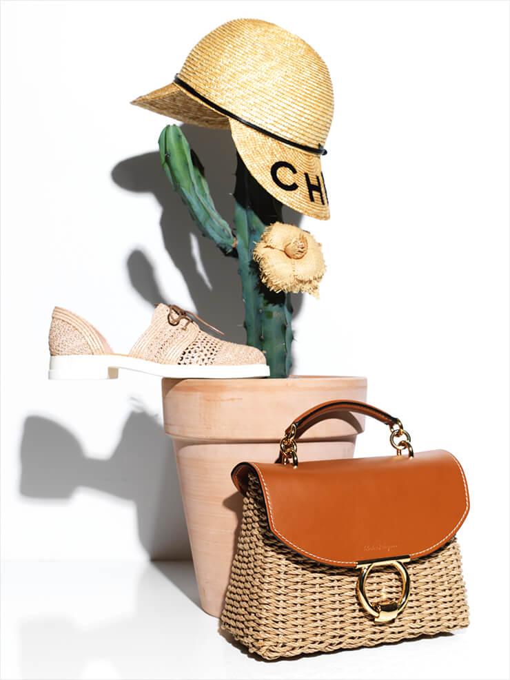 라피아 햇과 카멜리아 모티프의 브로치는 가격 미정, 모두 Chanel. 정교한 짜임이 돋보이는 슬립온은 29만8천원, Camper. 가죽과 라탄 소재가 조화로운 토트백은 2백29만원, Salvatore Ferragamo.
