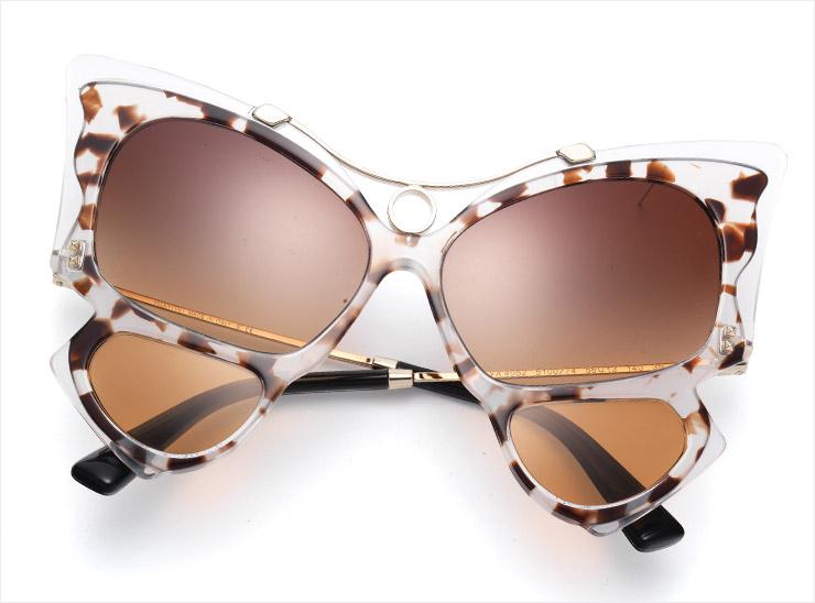 나비를 연상케 하는 독특한 외관의 선글라스는 58만5천원, Valentino Garavani.