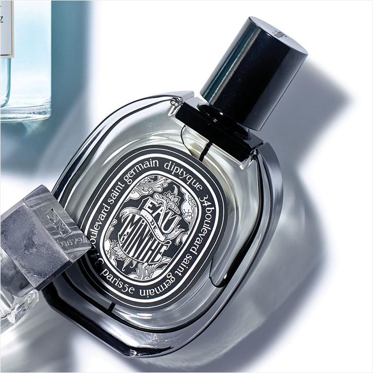 민트와 제라늄의 신선한 향기에 차분한 파촐리가 조화를 이뤄 상쾌함과 부드러움을 동시에 느낄 수 있는 오 드 민테 오 드 퍼퓸, 75ml 21만원, Diptyque.