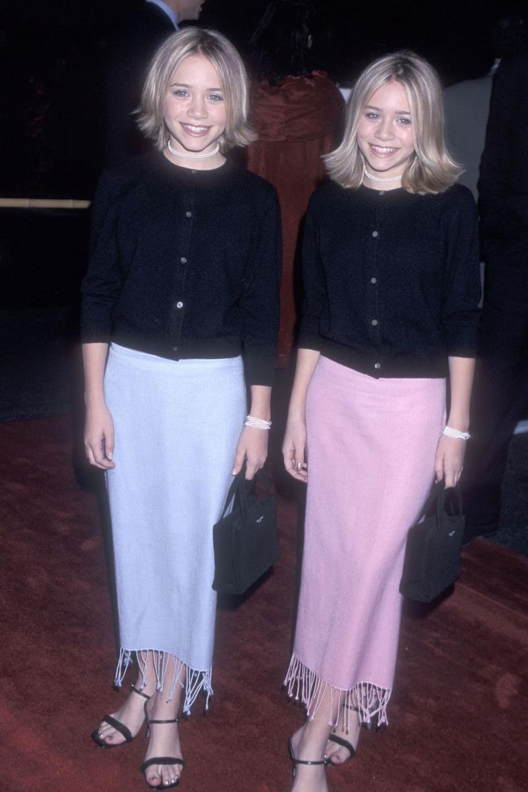 1999년 12월 15일 1년 사이에 폭풍 성장한 올슨 자매! 베이직한 카디건에 주얼 장식의 초커와 브레이 슬릿으로 성숙한 이미지를 선보였다.