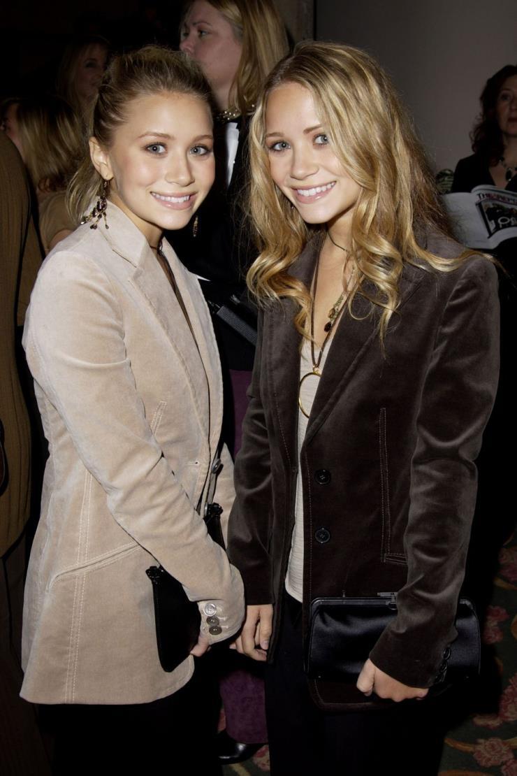 2002년 12월 3일 소녀에서 여성으로 성장한 올슨 자매. 이 당시 그녀들은 웨이브 머리와 묶어 올린 각각 다른 헤어스타일로 개성 있게 연출했다.