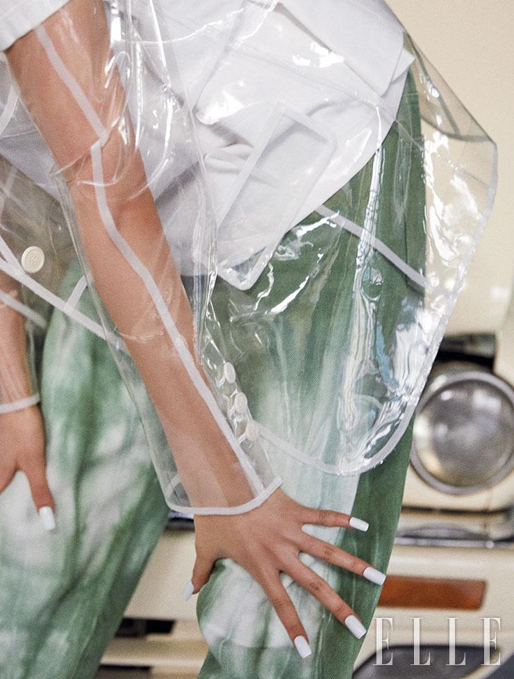 라이닝 포인트 PVC 재킷은 가격 미정, The Gang. 베이식한 티셔츠는 가격 미정, Prada. 타이다이 팬츠는 가격 미정, Louis Vuitton.