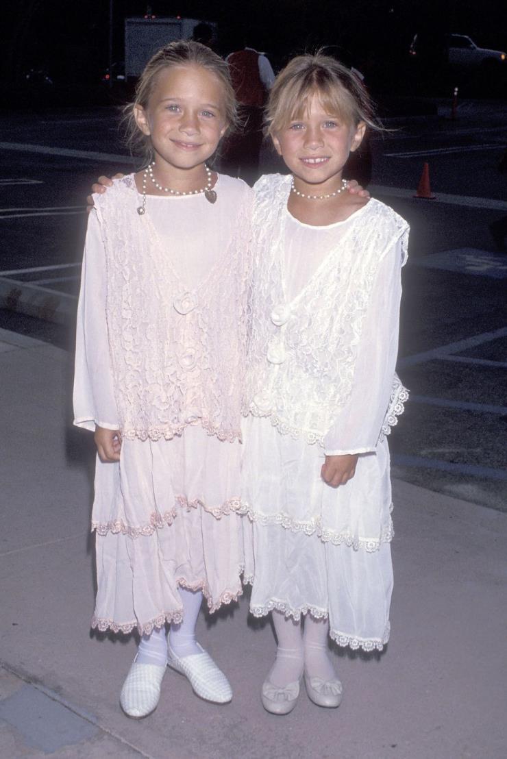 1994년 9월 13일 내추럴한 헤어 스타일에 레이스 드레스로 러블리하게 연출했다.