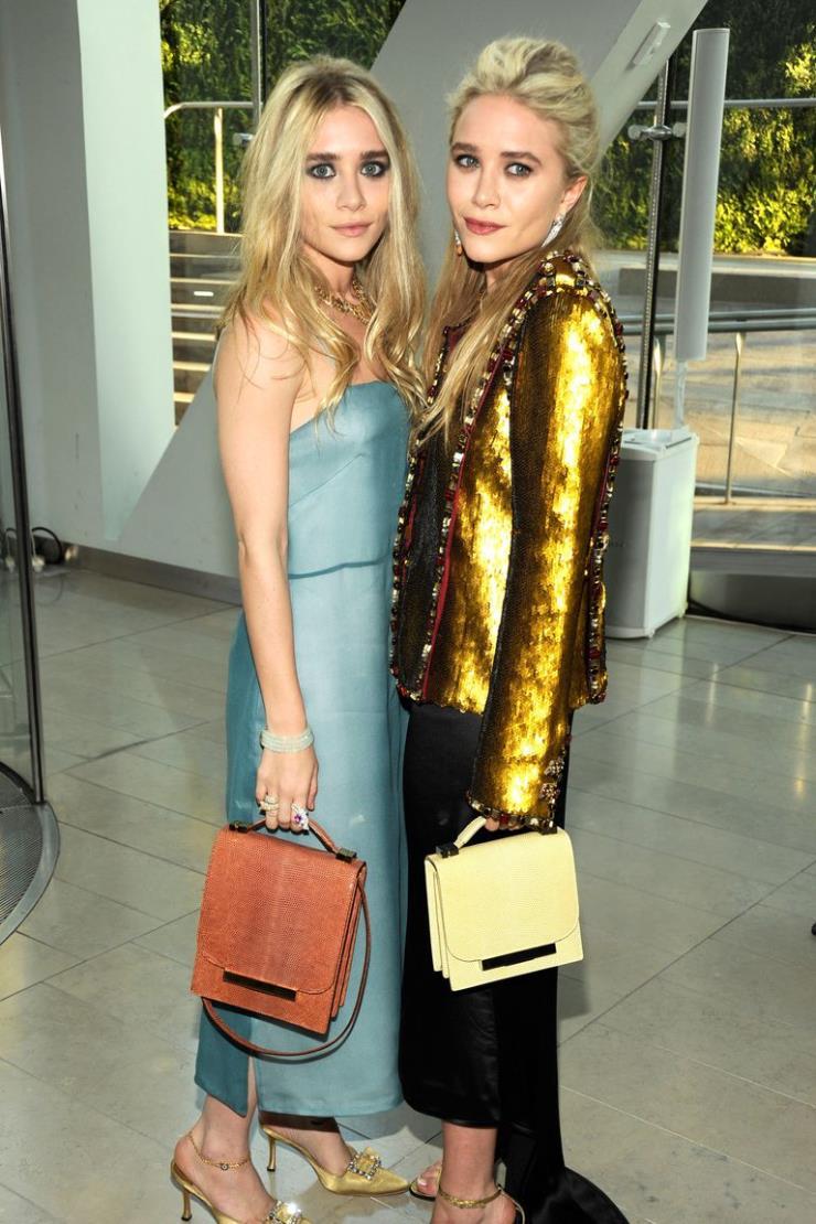 2011년 6월 6일 쌍둥이지만 확실한 그녀들의 패션 스타일. 러블리하고 드레시한 의상을 즐겨 입는 애슐리 올슨과 테일러링과 빈티지한 스타일을 선호하는 메리 케이트 올슨. 덕분에 보는 재미도 두 배!
