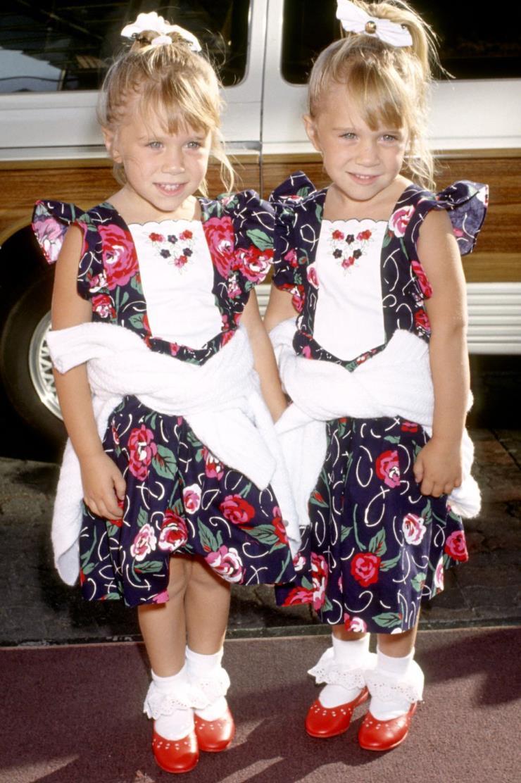 1991년 7월 21일 플라워 프린트 드레스에 스웨트 셔츠를 매치해 트윈룩을 선보인 올슨 자매. 머리부터 발끝까지 맞춘 센스!