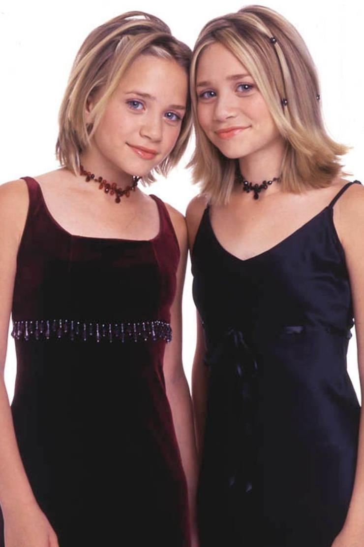 2000년 11월 17일 트렌드로 돌아온 비즈 장식의 액세서리와 헤어핀으로 사랑스럽게 연출했다.