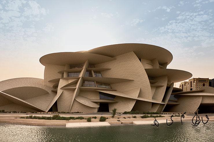 박물관 건물은 유리섬유로 보강된 콘크리트 패널 25만 개를 곡선부의 철골에 고정시켜 완성했다.