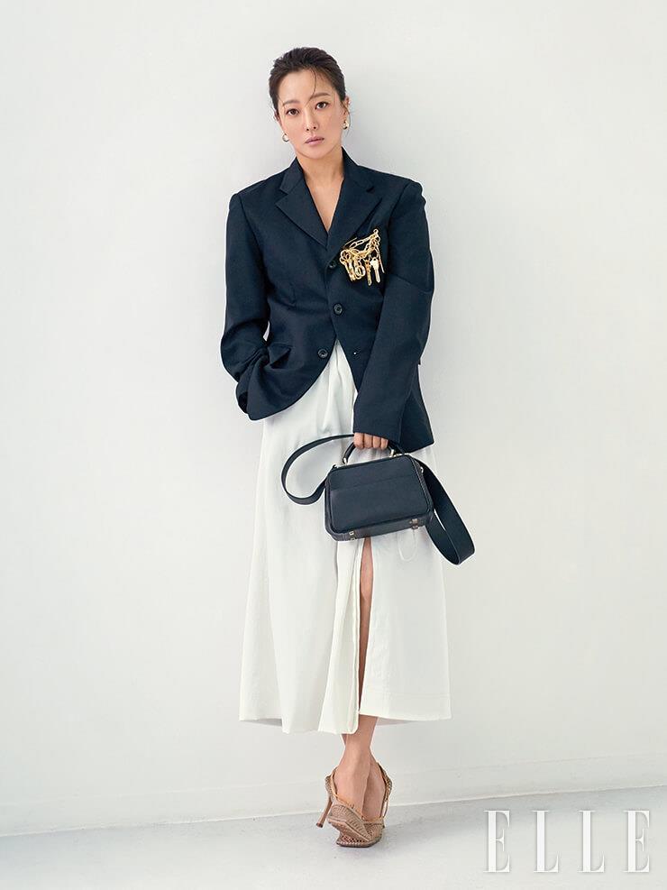 매트한 질감으로 마무리된 스몰 사이즈 시리즈 S백은 3백만원대, Valextra. 체인 브로치 장식의 재킷은 1백5만원, Black Comme des Garçons. 슬릿 디테일의 스커트는 63만5천원, Demoo. 네트 소재 펌프스는 가격 미정, Bottega Veneta. 이어링은 7만8천원, S_s.il.