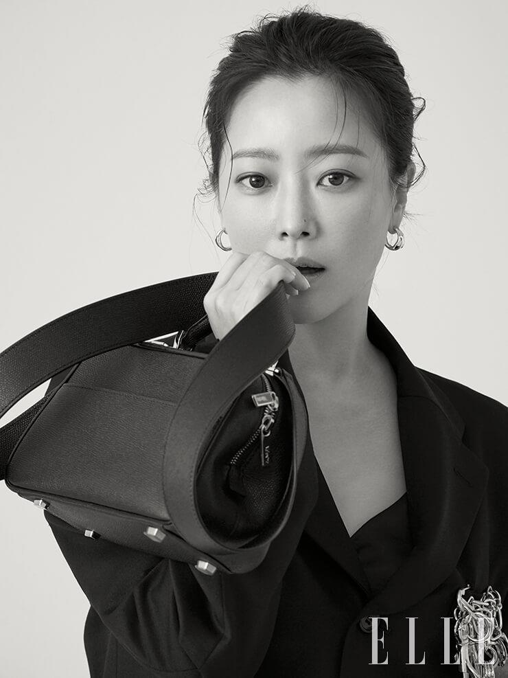 매트한 질감으로 마무리된 스몰 사이즈 시리즈 S백은 3백만원대, Valextra. 체인 브로치가 돋보이는 재킷은 1백5만원, Black Comme des Garçons.
