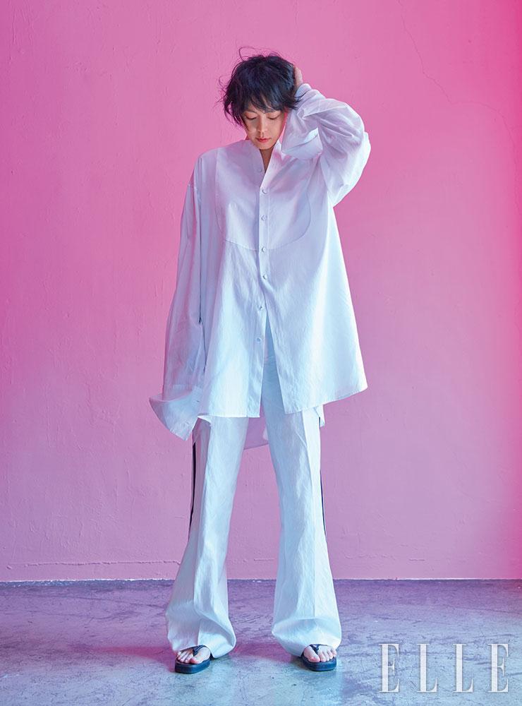 화이트 실크 셔츠와 팬츠는 모두 Kimseoryong. 슈즈는 COS.