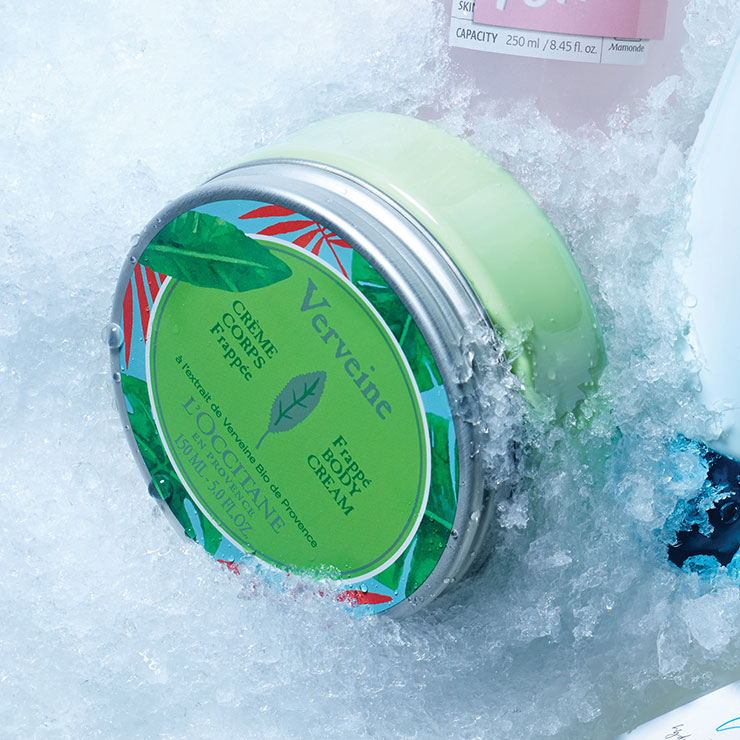 부은 아침 얼굴에 칙칙. 냉장고 안에서 10.2℃가 돼 보틀에 파란 V가 나타나면 얼굴에 분사해 주자. 리프팅 브이도씨 솔루션, 3만4천9백원, Face Factory.