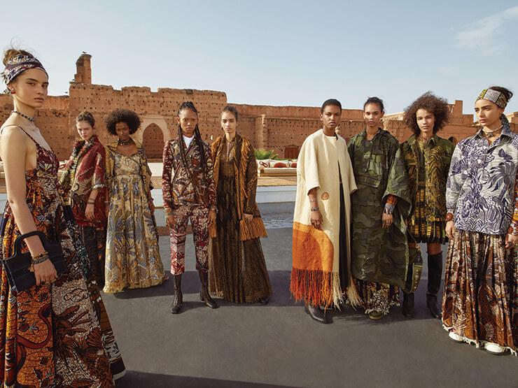 저녁 어스름이 질 무렵 엘 바디 궁에서 열린 디올 2020 크루즈 컬렉션의 키 피스를 입은 모델들.