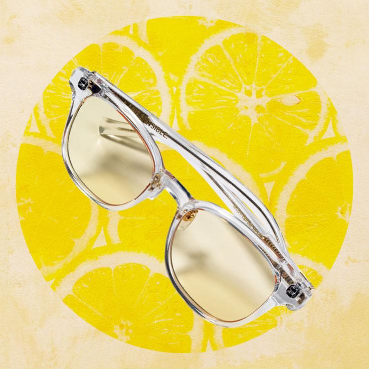 투명한 프레임으로 시원한 분위기를 강조한 선글라스는 18만원, Lapiz Sensible.