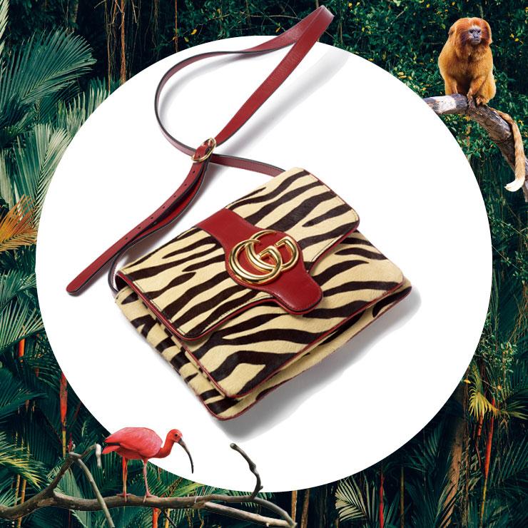 지브라 패턴의 숄더백은 관능적인 스타일을 완성해 준다. 4백20만원, Gucci.