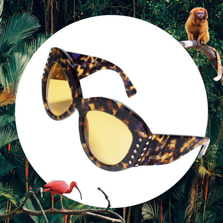 볼드한 레오퍼드 프레임이 돋보이는 선글라스는 가격 미정, Valentino Garavani.