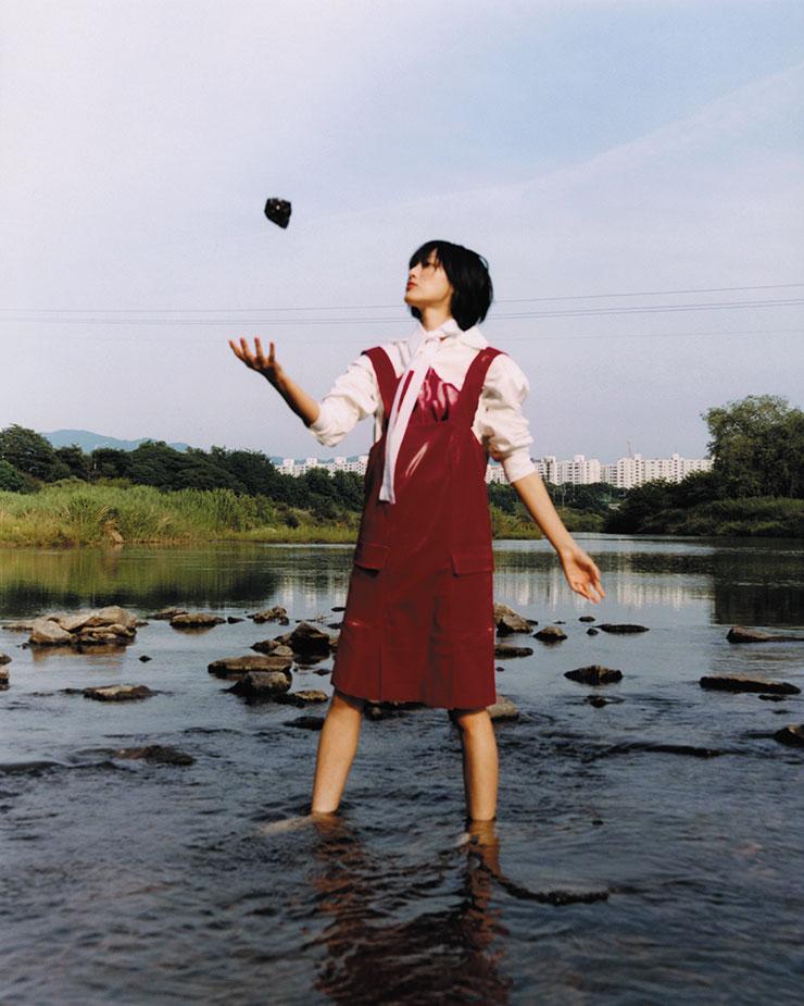 반짝이는 가죽 원피스는 가격 미정, Minju Kim. 플라워 프린트 셔츠는 가격 미정, Prada. 목에 두른 칼라는 에디터 소장품.