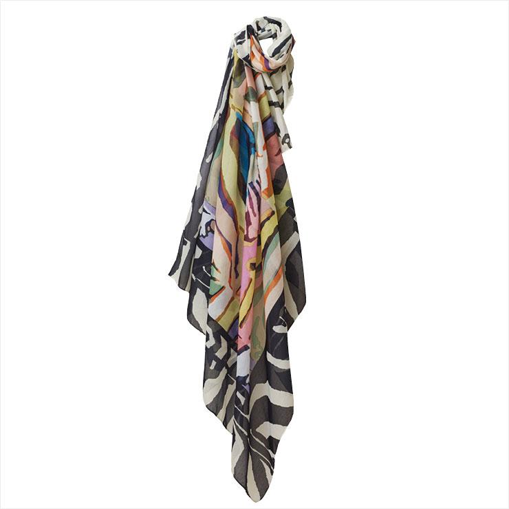 지브라 패턴의 멀티 컬러 스카프는 가격 미정, H&M.