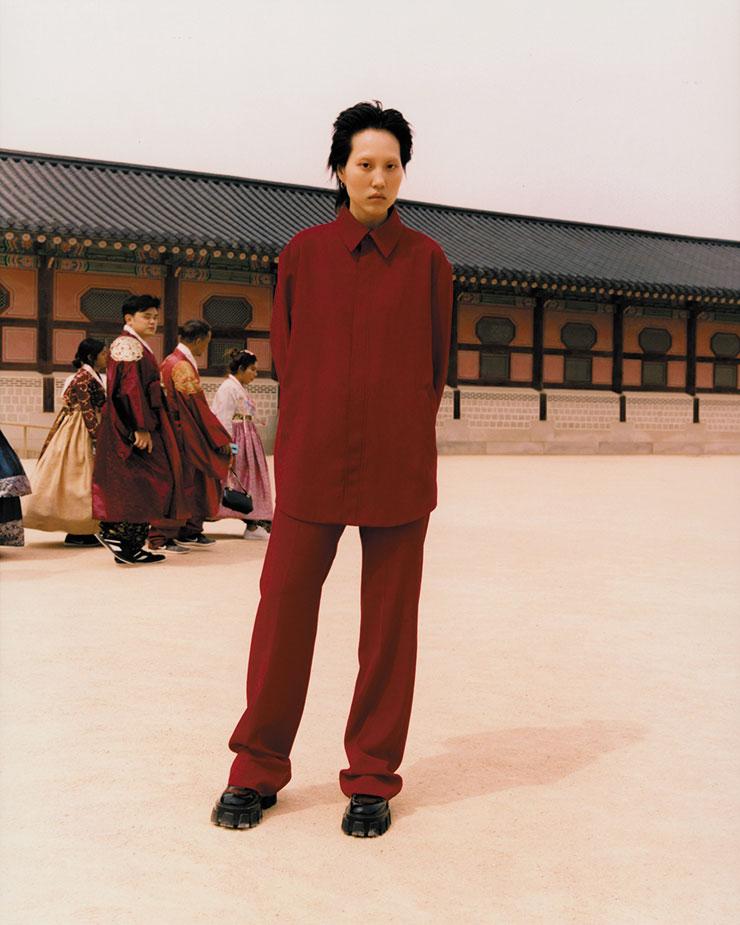 박시한 실루엣의 셔츠는 2백45만5천원, 팬츠는 1백7만5천원, 모두 Balenciaga. 스포티한 아웃솔이 장착된 로퍼는 가격 미정, Prada.