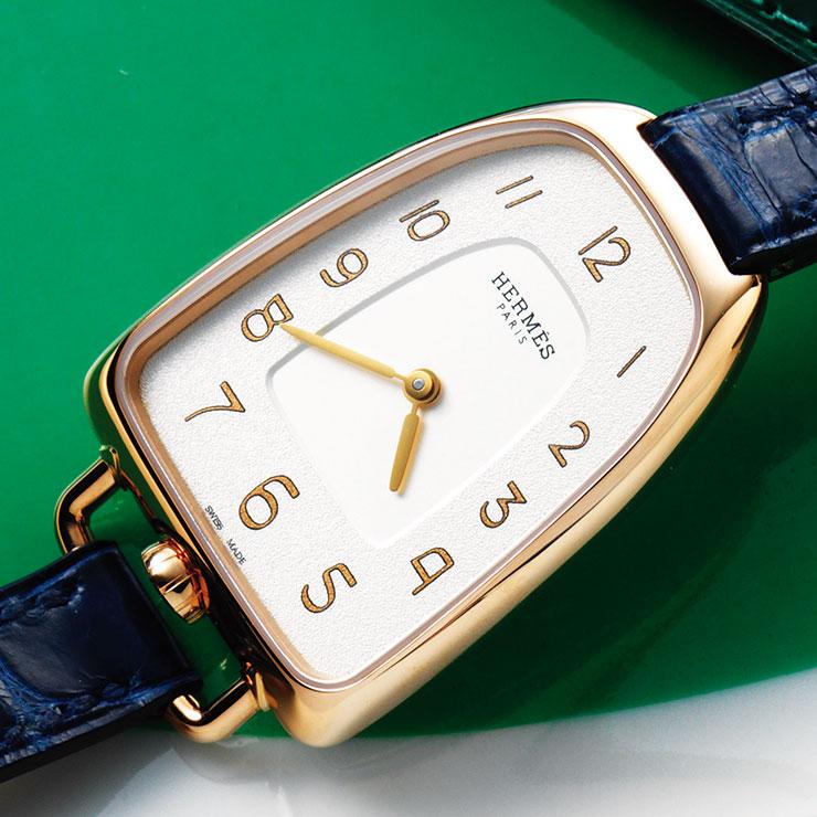 마구 장식에서 영감을 받은 케이스 디자인의 '갤롭 데르메스 워치'는 1천1백만원대, Hermès.