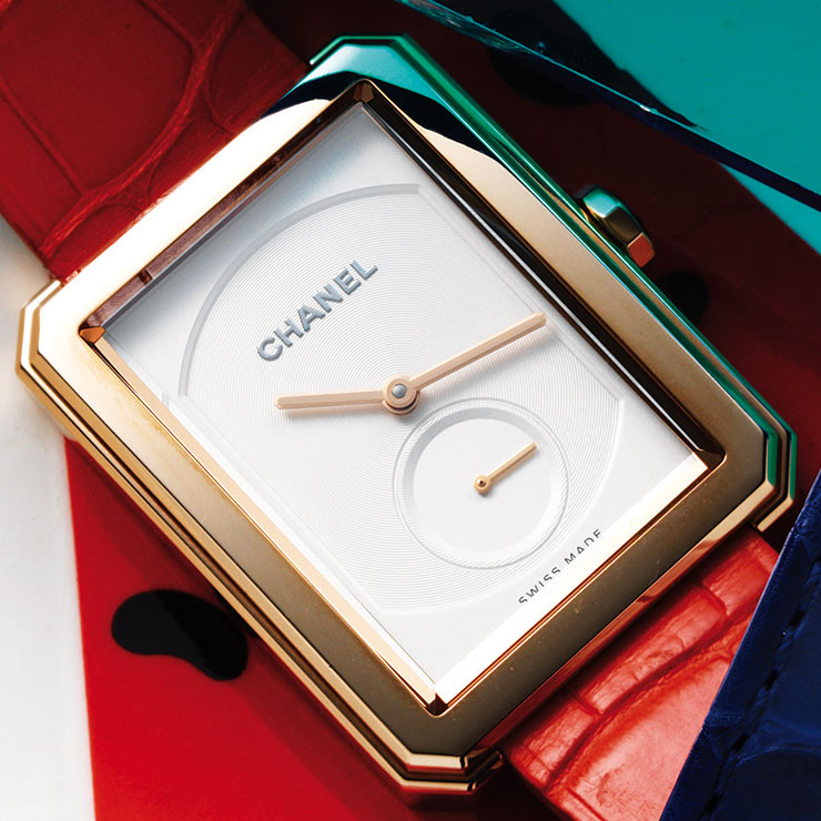 18K 골드 케이스에 산뜻한 코럴 컬러 스트랩이 매치된 '보이프렌드 워치'는 가격 미정, Chanel Watches.