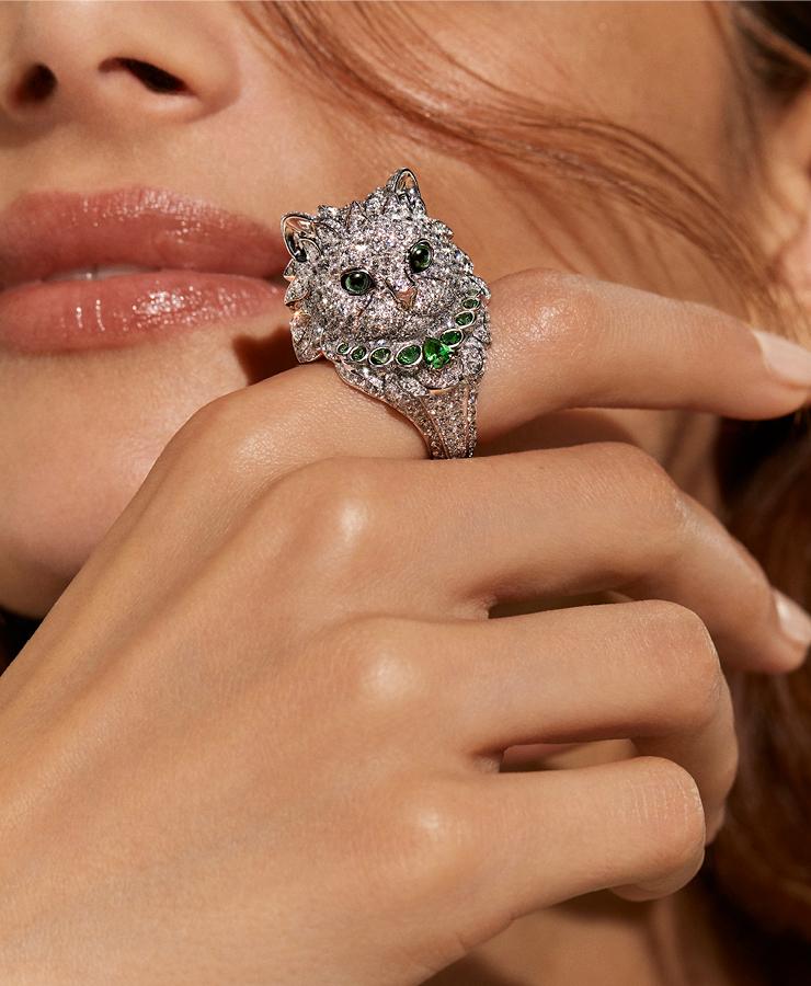 화이트 코트를 입은 블라디미르 링은 다이아몬드 파베와 그린 투르말린이 세팅되었다.