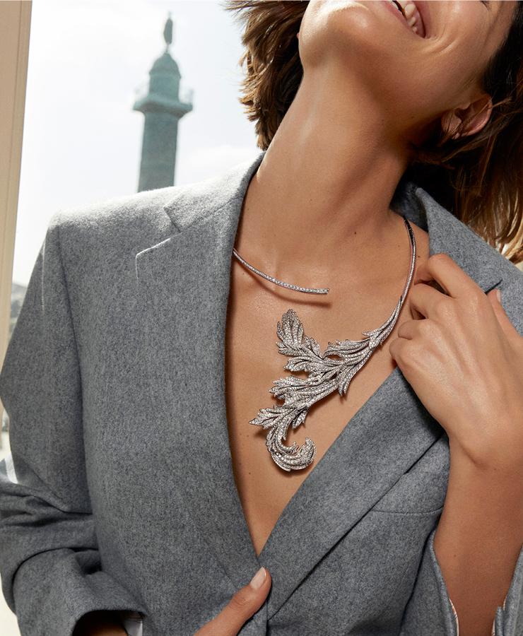 아칸서스 나뭇잎 모양 퀘스천 마크 네크리스, 푀유 다캉트는 파리 건축과 자연의 아름다움에 대한 찬사를 담고 있다.