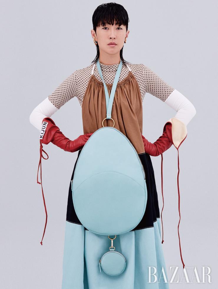 드레스, 톱, 스테이트먼트 백, 장갑은 모두 Kijun, 이어커프는 Portrait Report.