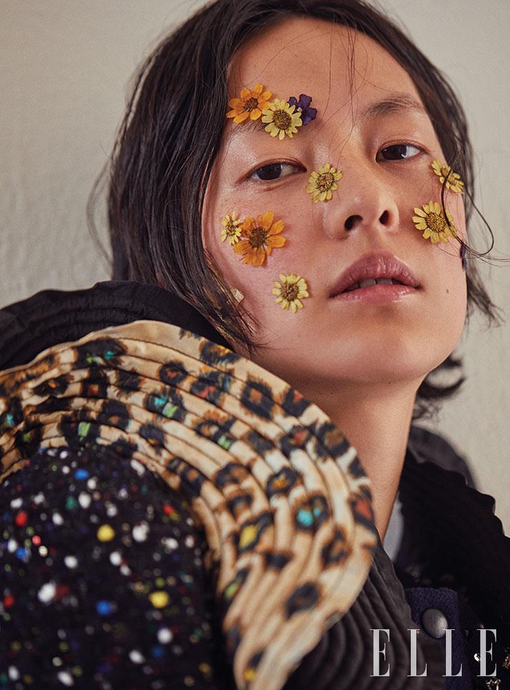 드라마틱하게 물결치는 레오퍼드 러플 장식의 트위드 재킷은 가격 미정, Louis Vuitton.