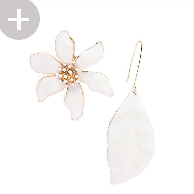 꽃과 잎사귀 모양의 언밸런스 이어링은 2만5천원, Zara.