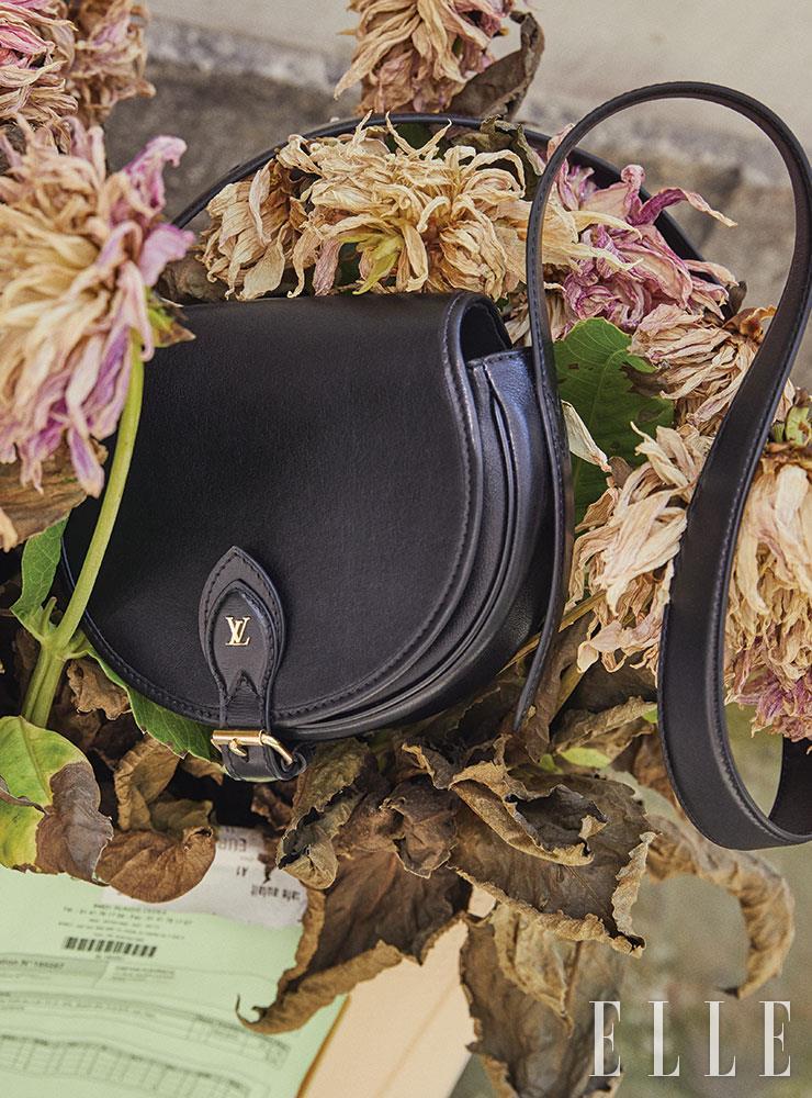 골드 로고를 장식한 심플한 크로스백은 가격 미정, Louis Vuitton.