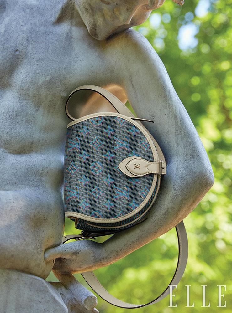 블루 모노그램 포인트의 크로스백은 가격 미정, Louis Vuitton.