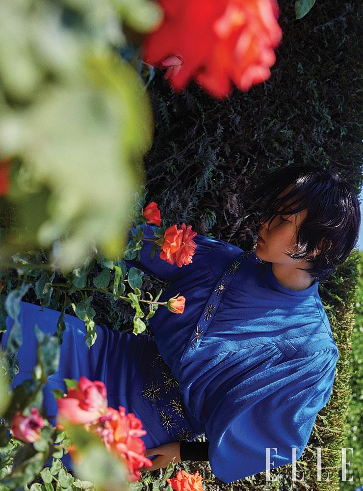 드레이프 실루엣의 강렬한 블루 미니드레스는 가격 미정, Louis Vuitton.