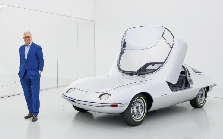 코베어 테츠도와 나란히 선 조르제토 주지아로. 1963년 제네바 모터쇼 출품을 위해 만들었다. 그의 작품 중 가장 영향이 큰 디자인으로 꼽힌다.