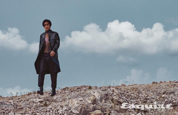 가죽 코트 가격 미정 프라다. 하이넥 톱, 검은색 팬츠 모두 가격 미정 디올 맨. 검은색 부츠 가격 미정 지방시.