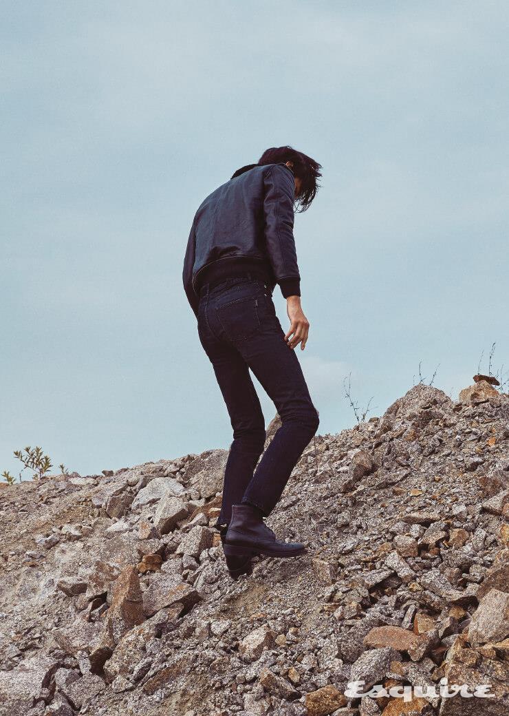가죽 시어링 재킷, 검은색 팬츠, 레이스업 부츠, 스웨이드 벨트 모두 가격 미정 생 로랑 by 안토니 바카렐로.
