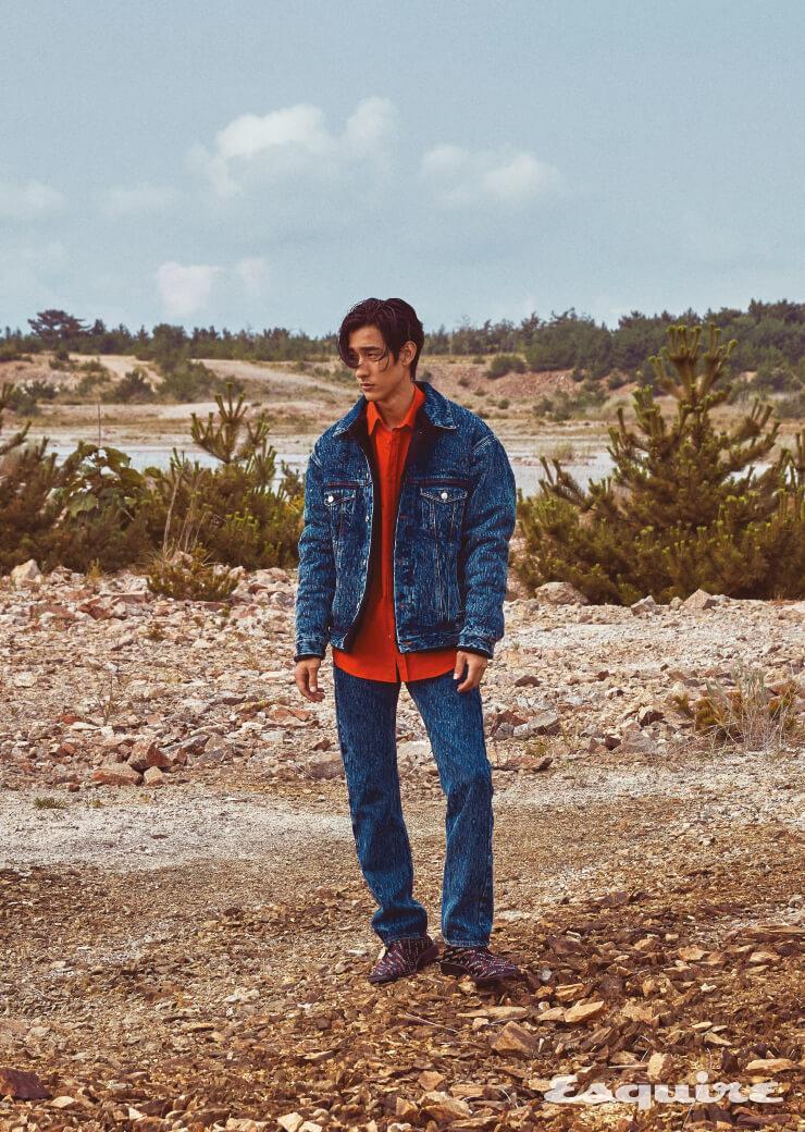 데님 시어링 재킷, 빨간색 셔츠, 데님 팬츠, 레터링 더비 슈즈 모두 가격 미정 발렌시아가.