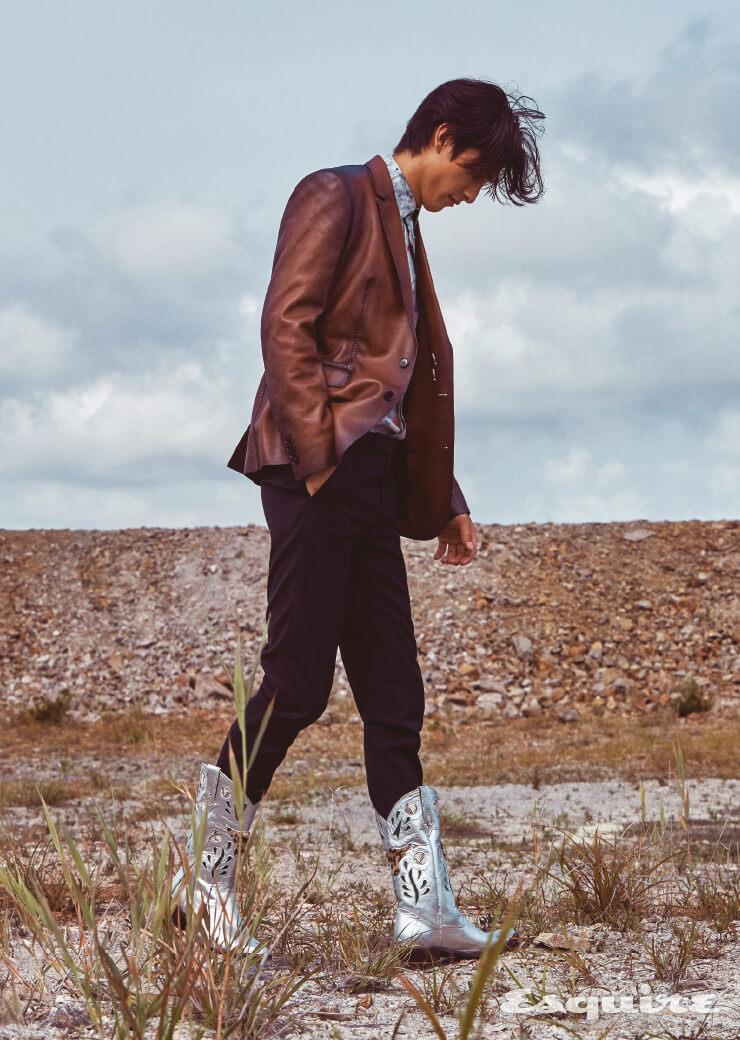 가죽 재킷, 물감 프린팅 셔츠, 검은색 팬츠 모두 가격 미정 벨루티. 은색 웨스턴 부츠 가격 미정 윈도우00. 볼로 타이 에디터 소장품.
