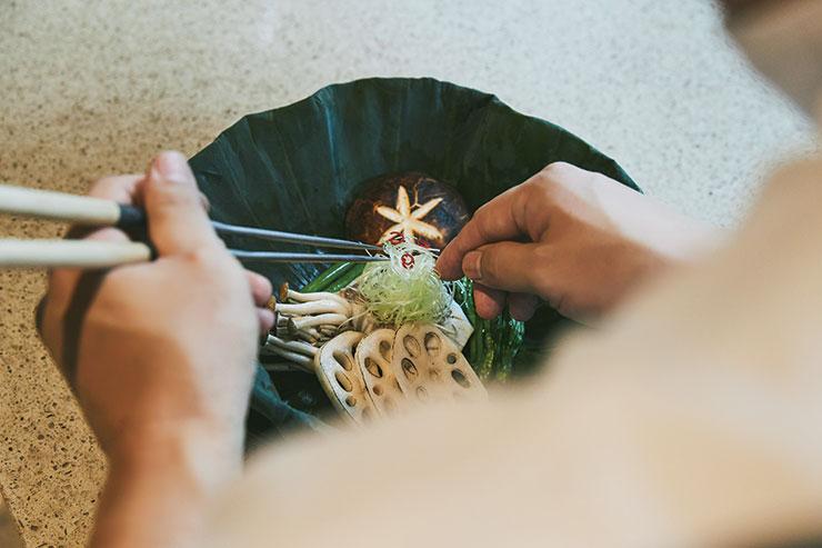 요리를 마무리하는 신창호 셰프의 세심한 손길.