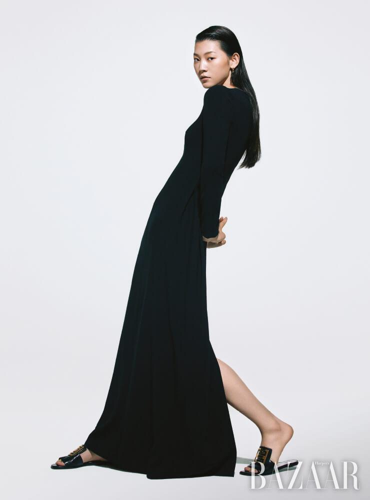 드레스는 3백83만원 The Row by Mue, 귀고리는 22만9천원 Portrait Report, 슬라이드는 Givenchy.