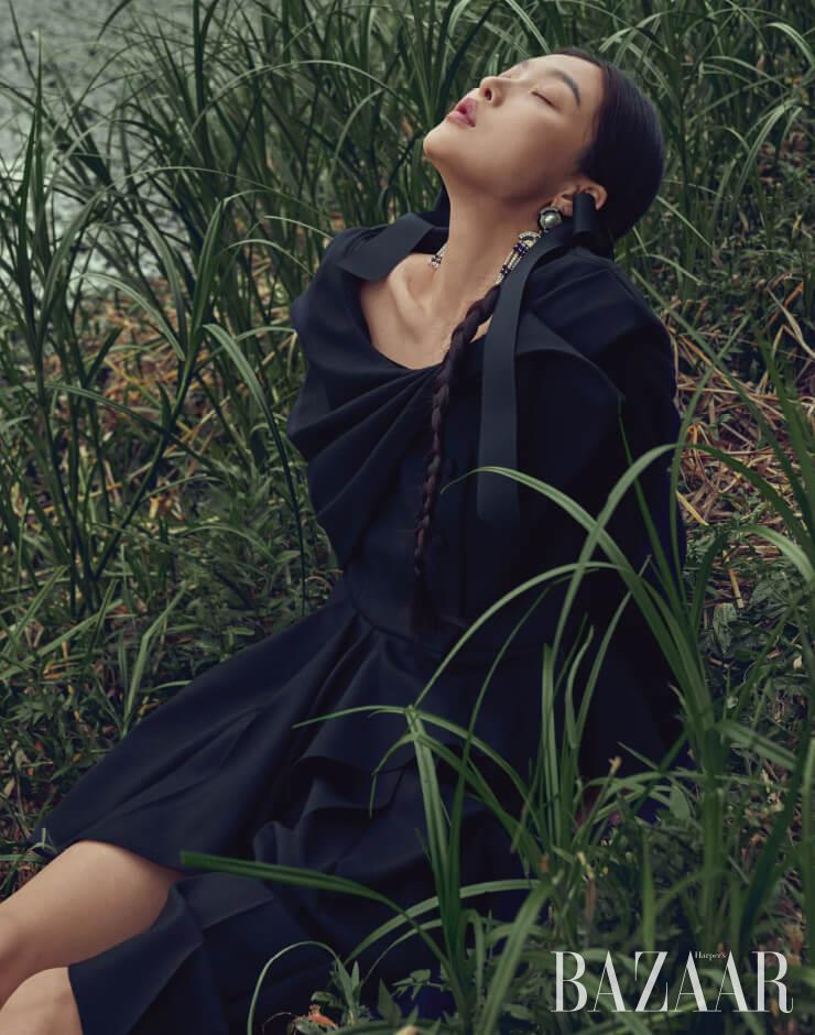 재킷은 5백80만원, 스커트는 2백45만원 모두 Gucci, 귀고리는 Chanel.