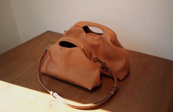 드레이프 디테일의 베지터블 가죽 소재 'Nuo' 백은 각 사이즈별로 31만원대, 25만원대, Yurt.