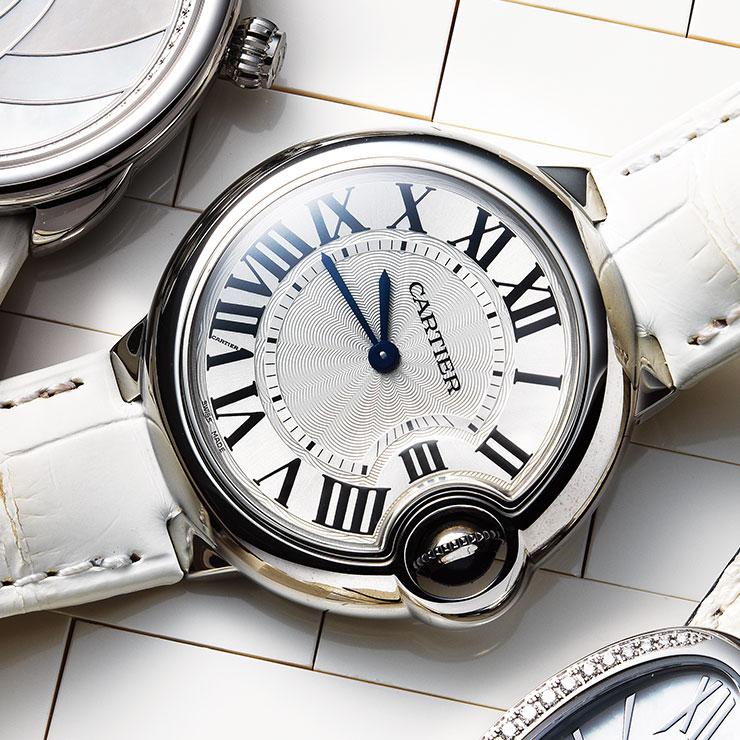 조약돌을 닮은 듯 볼륨 있는 케이스의 화이트 악어가죽 스트랩 워치는 5백80만원대, Cartier.