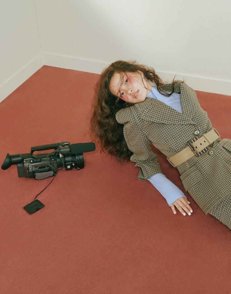 재킷은 4백75만원, 팬츠는 2백10만원, 니트 터틀넥, 귀고리, 벨트는 가격 미정 모두 Givenchy.
